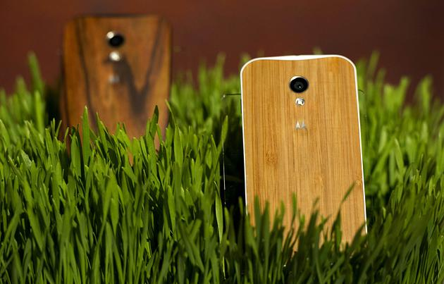Un teléfono con acabados de madera